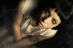 Larmes pleurantes de jeune femme Inquiétude et tristesse photographie stock libre de droits