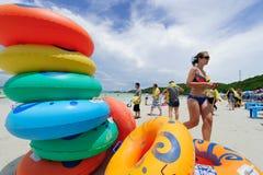 Larn海岛,芭达亚,泰国- 2012年9月12日:享用在美丽的Tawaen的游人在Larn海岛靠岸靠近芭达亚,泰国 图库摄影
