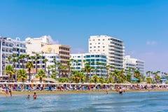 LARNACA, CHIPRE - 27 DE AGOSTO DE 2016: Praia de Finikoudes com o numérico Imagem de Stock