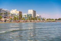 LARNACA, CHYPRE - 27 AOÛT 2016 : Bord de mer, plage et RIS élevé Image stock