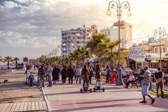 LARNACA, CHYPRE - 13 MARS : Avenue de Finikoudes avec des touristes et Photographie stock libre de droits