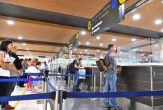Larnaca, Chypre - 31 octobre 2018 Les passagers passent la main de passeport dans l'aéroport international de Larnaca photographie stock