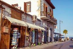 LARNACA, CIPRO - 27 AGOSTO 2016: Vecchia città di Larnaca, pedone Fotografia Stock Libera da Diritti