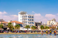 LARNACA CYPERN - AUGUSTI 27, 2016: Finikoudes strand med hotell Arkivbilder
