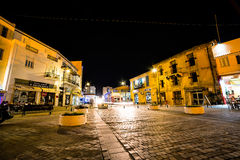 LARNACA CYPERN - AUGUSTI 16: Gammal stad på natten på Augusti 16, 201 Fotografering för Bildbyråer