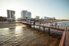 LARNACA CYPERN - AUGUSTI 16, 2015: Lokaler och turister på slottfyrkantpir Arkivfoton