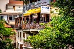 LARNACA CYPERN - JUNI 3, 2016: Restaurang i den populära turist- byn av Kakopetria Nicosia område, Cypern Royaltyfri Bild