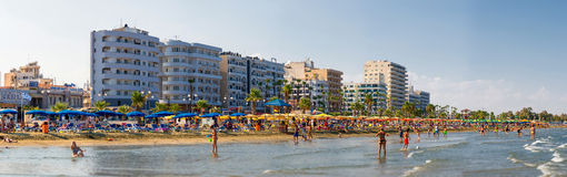 LARNACA, CYPRUS - 20 AUGUSTUS 2014: Mensen op het zonnige strand van L Stock Afbeelding
