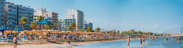 LARNACA, CYPRUS - 20 AUGUSTUS 2014: Mensen op het zonnige strand van L Stock Afbeeldingen