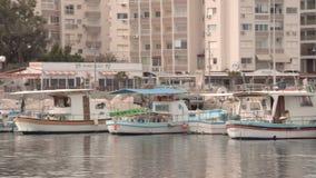 LARNACA, CYPRUS - CIRCA Februari 2017: Boten bij de pijler van Larnaca worden geparkeerd die stock video