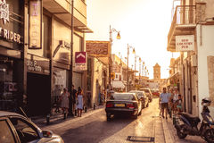 LARNACA, CYPRUS - SEPTEMBER 10, 2015: De straat van Pavlouvalsamaki, een toeristische straat die tot de Kerk van Heilige Lazarus, Royalty-vrije Stock Fotografie