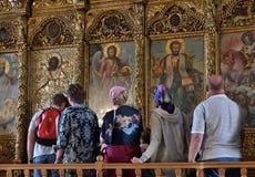 Larnaka Cypr, Listopad, - 2 2018 Wierzący zbliżają ikony w kościół St Lazarus zdjęcie stock