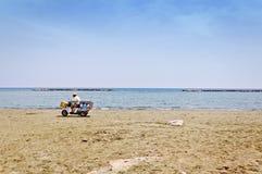 Eiscremeverkäufer auf leerem Strand in Zypern Stockfotos