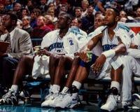 Larry Johnson en Alonzo Mourning, Charlotte Hornets stock foto's