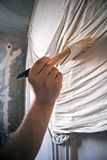 LArtist в процессе красить стену стоковое фото rf