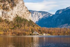 Larva di Schloss del castello della larva sul lago Hallstatteree in alpe austriaca Immagine Stock