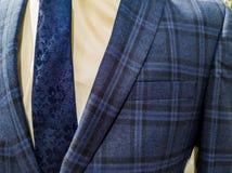 Las ?ltimas tendencias en la combinaci?n del traje, de la camisa y del lazo - traje y lazo de la marina de guerra - camisa blanca fotos de archivo libres de regalías