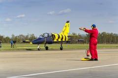 Las abejas bálticas Jet Team con L-39 acepillan el balanceo en pista Imagen de archivo libre de regalías