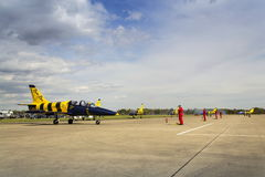 Las abejas bálticas Jet Team con L-39 acepillan el balanceo en pista Foto de archivo libre de regalías