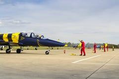 Las abejas bálticas Jet Team con L-39 acepillan el balanceo en pista Imagenes de archivo