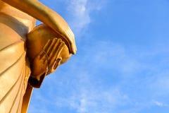 Las abejas jerarquizan o panal en la mano de Buda Foto de archivo libre de regalías