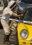 Las abejas pululan sobre un coche Fotos de archivo