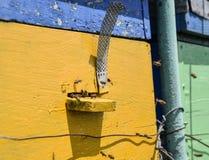 Las abejas vuelan en la entrada a la colmena Bandeja de la colmena Entrada del agujero a la colmena Imagenes de archivo