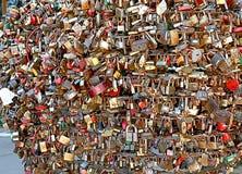 las abrazaderas del metal cuelgan en la calle imagenes de archivo