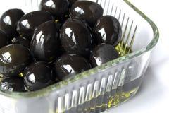 Las aceitunas ruedan con aceite de oliva Foto de archivo libre de regalías