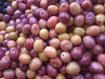 Las aceitunas se cierran para arriba Circunda el fondo Comida y frutas Verde y negro Imágenes de archivo libres de regalías