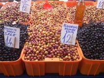 Las aceitunas se cierran para arriba Circunda el fondo Comida y frutas Verde y negro Imagen de archivo libre de regalías