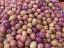 Las aceitunas se cierran para arriba Circunda el fondo Comida y frutas Verde y negro Fotografía de archivo