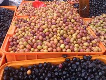 Las aceitunas se cierran para arriba Circunda el fondo Comida y frutas Verde y negro Foto de archivo libre de regalías