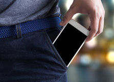 Las actitudes hermosas jovenes dan la copia de la comunicación del bolsillo del teléfono móvil fotos de archivo
