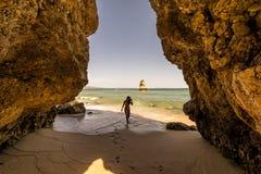 Las actitudes turísticas de una mujer en el Praia hacen la playa de Camilo de Lagos, Portugal Región de Algarve fotos de archivo