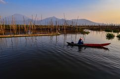 Las actividades de pescadores en el borde del lago imagenes de archivo