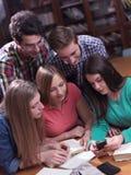 Las adolescencias agrupan en escuela Imagenes de archivo