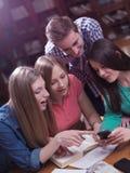 Las adolescencias agrupan en escuela Imágenes de archivo libres de regalías