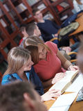 Las adolescencias agrupan en escuela Fotografía de archivo