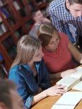 Las adolescencias agrupan en escuela Foto de archivo