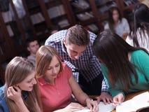 Las adolescencias agrupan en escuela Fotografía de archivo libre de regalías