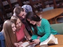 Las adolescencias agrupan en escuela Fotos de archivo