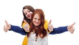 Las adolescencias con los pulgares suben la muestra Foto de archivo