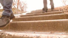 Las adolescencias corren abajo de las escaleras pies del ` s de la gente almacen de metraje de vídeo