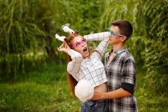 Las adolescencias de los amores comen el caramelo de algodón Foto de archivo