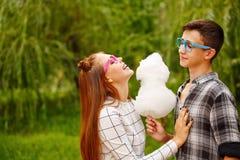 Las adolescencias enamoradas comen el caramelo de algodón Fotos de archivo