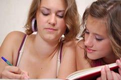 Las adolescencias hacen la preparación Imagen de archivo