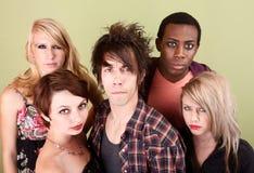 Las adolescencias urbanas enojadas presentan delante de una pared verde Fotografía de archivo