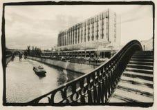 Las aduanas tienden un puente sobre a través del río de Yauza moscú Fotografía de archivo libre de regalías