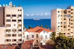 Las aguas azules brillantes del mar Mediterráneo con residencial Fotos de archivo